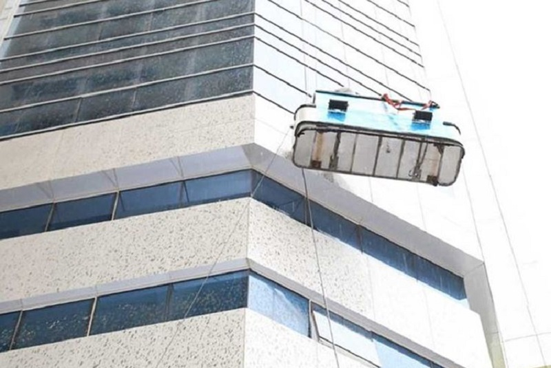 Women rescue window cleaners from swaying platform in Ajman
